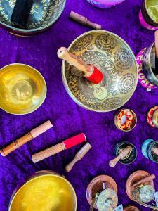 Singing bowls and Tibetan singing bowls to play