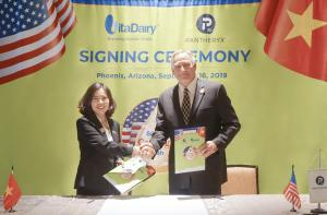 Ms. Nguyen Thi Ha - CEO of VitaDairy Company and representative of the largest American Colostrum group shook hand to congratulate the success of the millions dollar colostrum deal.